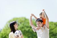 公園を歩く日本人三人家族