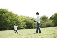 野球するお父さんと子供
