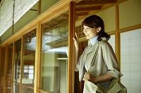 縁側から外を眺める日本人女性