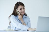 デスクワークをする日本人女性