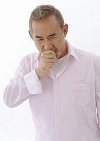 咳をするシニアの日本人男性
