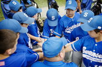 円陣を組む少年野球チーム