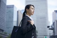遠くを見る日本人ビジネスウーマン