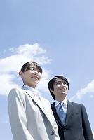 笑顔のビジネスマンとビジネスウーマン