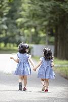 手を繋いで歩く女の子