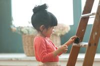 松ぼっくりを持つ日本人の女の子