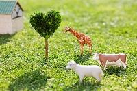 動物の置物とハートの木
