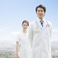 微笑んで立つ医師と看護師
