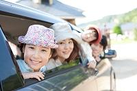 車の窓から身を乗り出す日本人家族