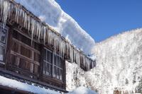 富山県 屋根に積もる豪雪とツララ
