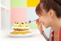 ケーキを食べようとしている女性
