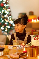 クリスマスパーティーを楽しむ女の子