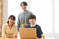 パソコンをする日本人家族