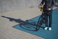 自転車通勤する外国人ビジネスマン