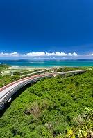 沖縄県 展望台から望むニライカナイ橋とクマカ島(左奥)