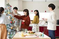 クリスマスパーティーの準備をする若者たち
