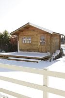小さな家と雪のつもる庭