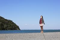 防波堤と女性
