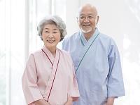 検査衣を着た日本人シニア夫婦