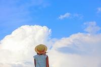 空を眺める少女