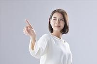 指をさす日本人女性
