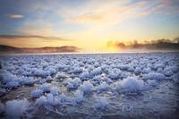 北海道 塘路湖のフロストフラワーと日の出
