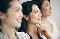 笑顔の40代日本人女性3人