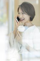 電話をかける日本人女性
