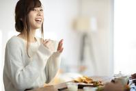 食事をする日本人女性