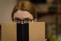 眼鏡をかけて本を読む女性