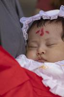 お宮参りの日本人の赤ちゃん