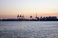 夕暮れの大井コンテナ埠頭