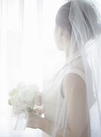 ブーケを持つウェディングドレス姿の日本人女性