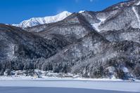 長野県 冬の青木湖と爺ヶ岳