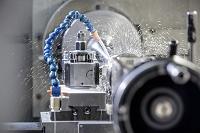 水が噴霧される工場の機械