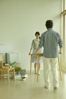 引っ越し準備をするカップル
