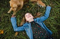 犬と外国人の女の子