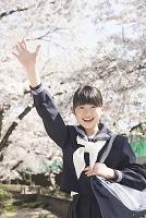 手を振る女子中学生