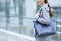 ショルダーバッグを持つ日本人ビジネスウーマン