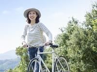 自転車のハンドルを持つ40代の日本人女性