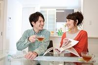 ティータイム中の笑顔のカップル