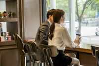 カフェでミーティングをする女性