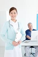 看護師とパソコンに向かう医師