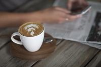 カフェでスマートフォンを操作する女性