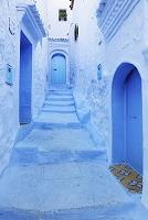 モロッコ シャウエン 青い扉と階段