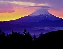 山梨県 夜明けの傘雲の富士山と山並み