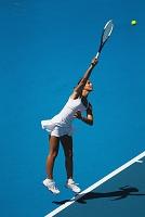女子テニスのサーブ