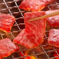 網に乗せる肉 食べ物 料理