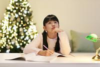深夜に受験勉強をする女の子