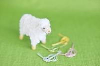 フェルトの羊と水引細工と緑の背景